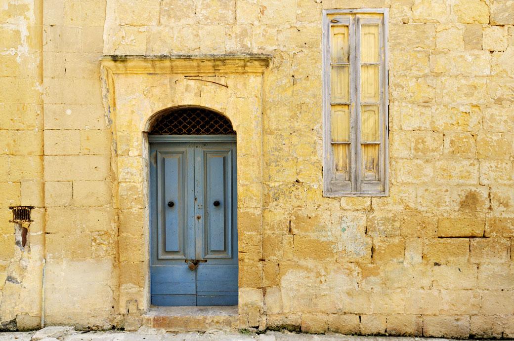 Façade jaune et porte bleue à Birgu, Malte