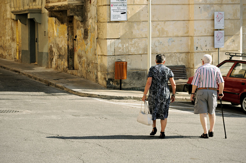 Couple âgé dans le centre de Birgu, Malte