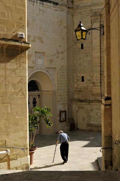 Vieil homme avec une canne à Birgu, Malte