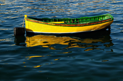 Barque jaune dans le port de Birgu, Malte