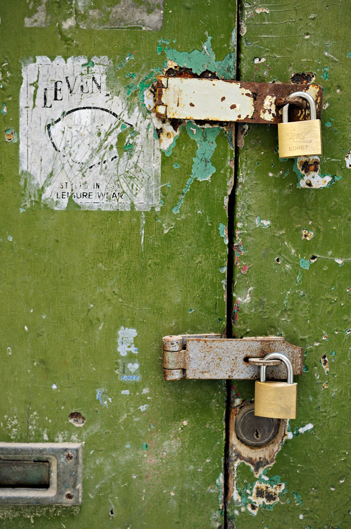Cadenas sur une vieille porte verte à Birgu, Malte