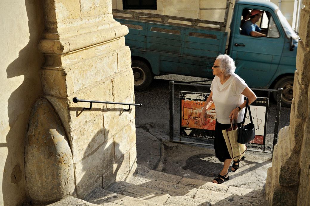 Vieille dame et camionnette à Birgu, Malte