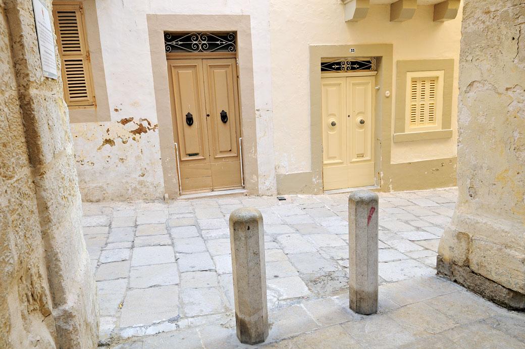 Portes et pavés dans une ruelle de Birgu, Malte