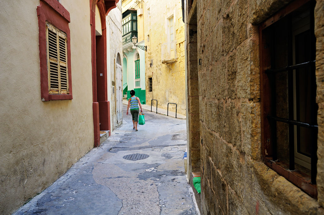 Femme dans une ruelle de Birgu, Malte