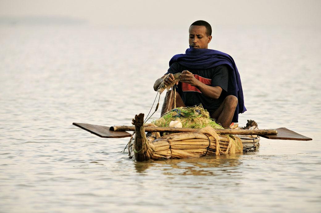 Pêcheur sur son tankwa sur le lac Tana, Ethiopie