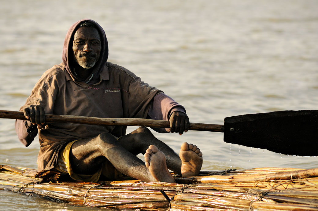 Homme qui rame sur son tankwa sur le lac Tana, Ethiopie
