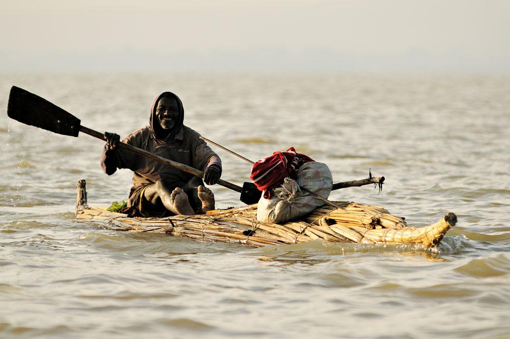 Homme heureux sur son frêle tankwa sur le lac Tana, Ethiopie