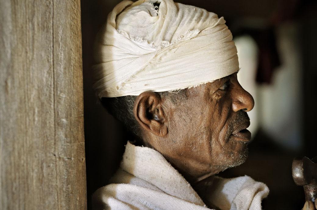 Prêtre orthodoxe dans l'église de Narga Sélassié, Ethiopie