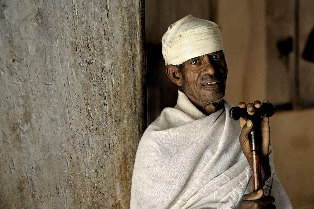 Prêtre avec son pommeau de prière à Narga Sélassié, Ethiopie