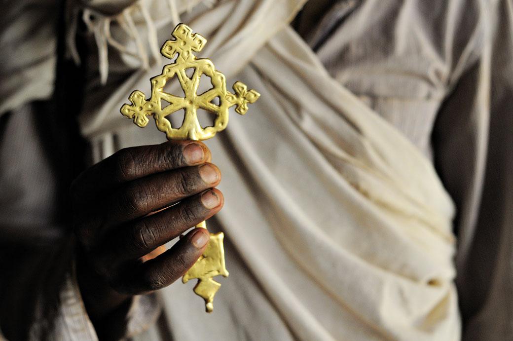 Prêtre orthodoxe avec une croix éthiopienne, Ethiopie