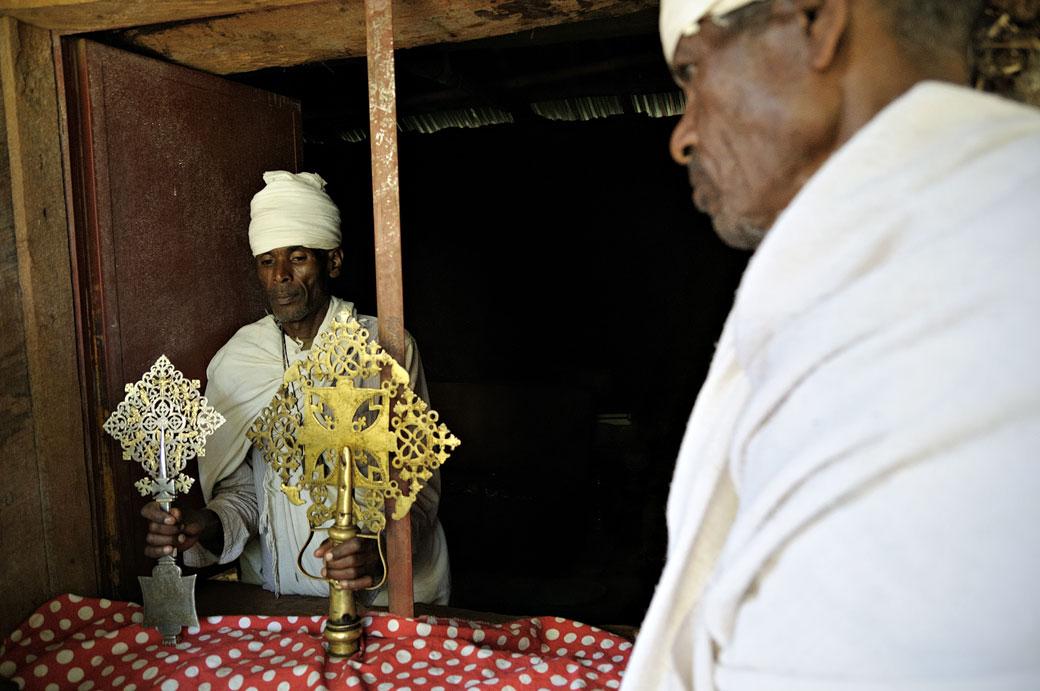 Prêtres et croix éthiopiennes à Narga Sélassié, Ethiopie