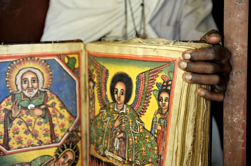 Prêtre avec un vieux manuscrit enluminé, Ethiopie