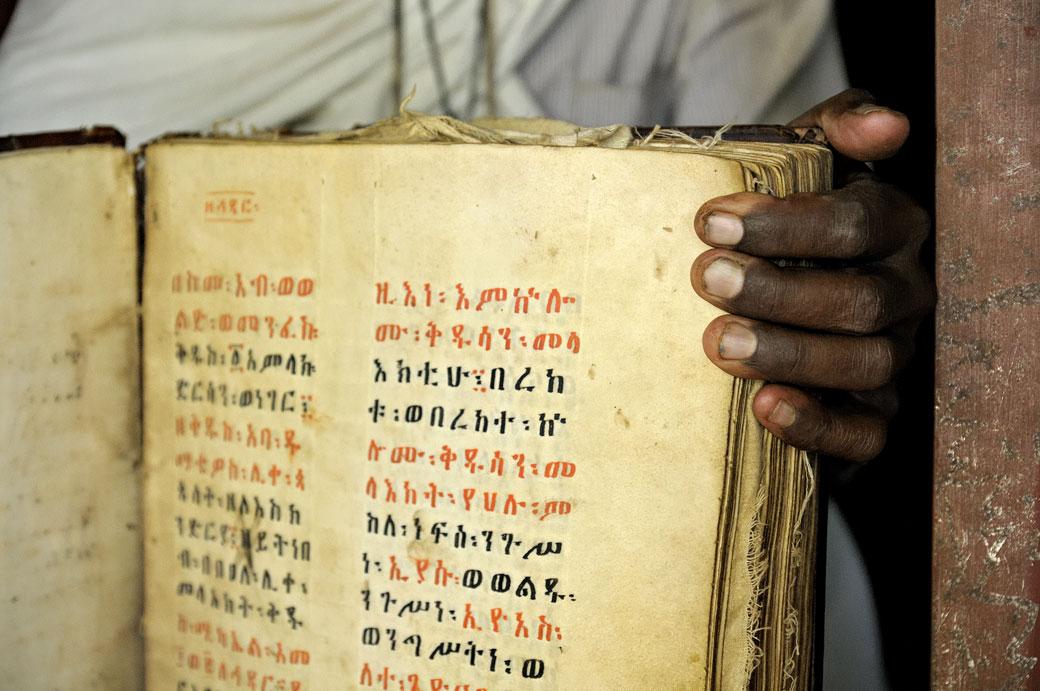 Prêtre avec un vieux manuscrit, Ethiopie