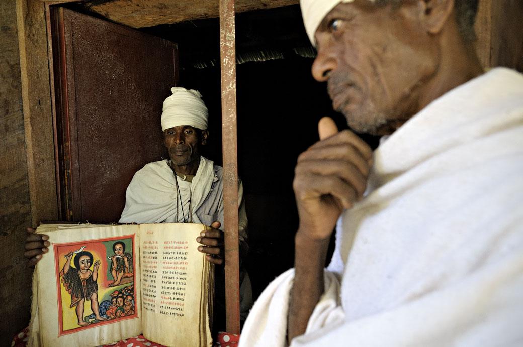Deux prêtres orthodoxes avec un manuscrit enluminé, Ethiopie