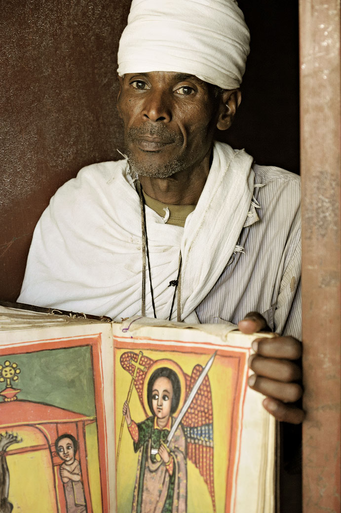 Prêtre avec un livre Saint enluminé, Ethiopie