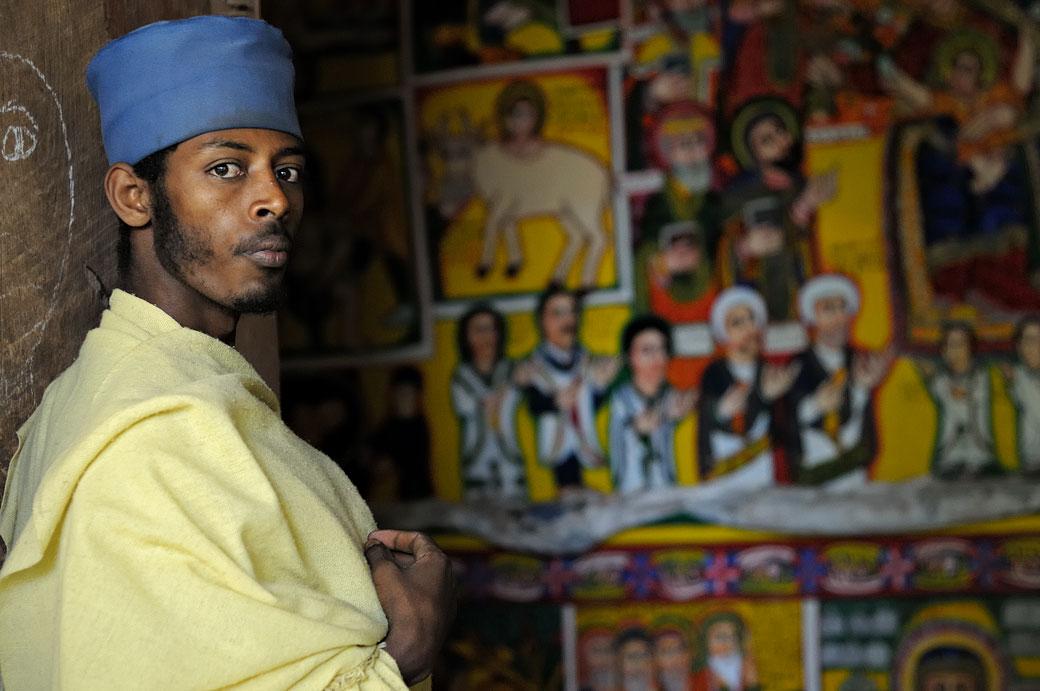 Religieux et peintures murales dans une église, Ethiopie