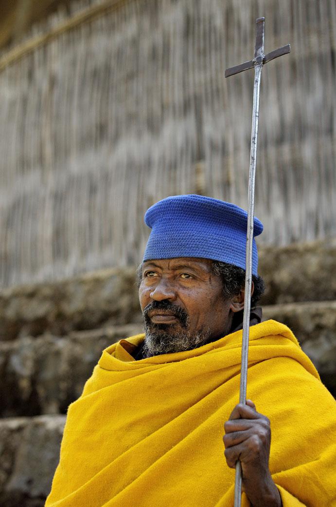 Portrait d'un moine tenant une croix de métal, Ethiopie