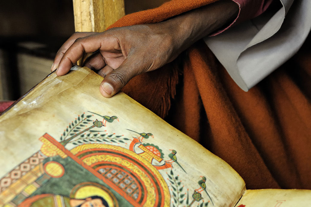 La main d'un moine avec un livre enluminé, Ethiopie