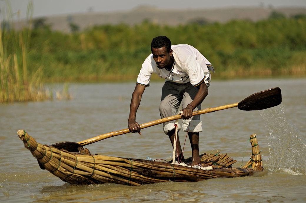 Homme debout sur un tankwa du lac Tana, Ethiopie