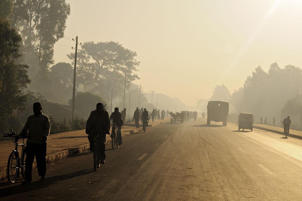 Passants à Bahir Dar au petit matin, Ethiopie