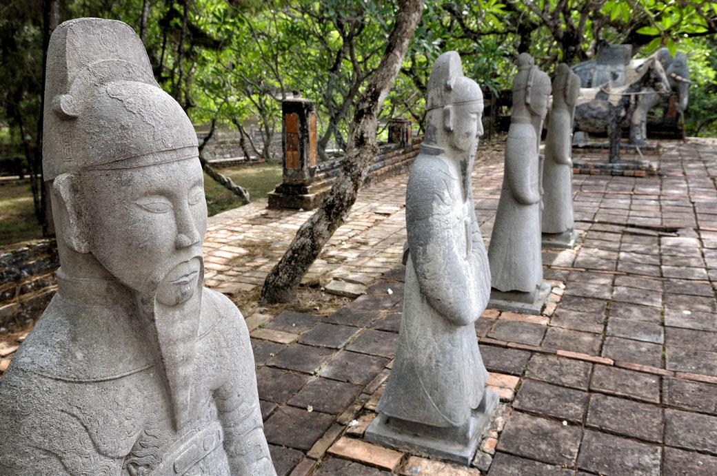 Sculptures de mandarins au tombeau de Tu Duc, Vietnam