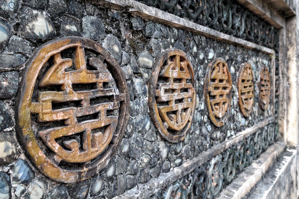 Mur de pierre et motifs au tombeau de Tu Duc, Vietnam