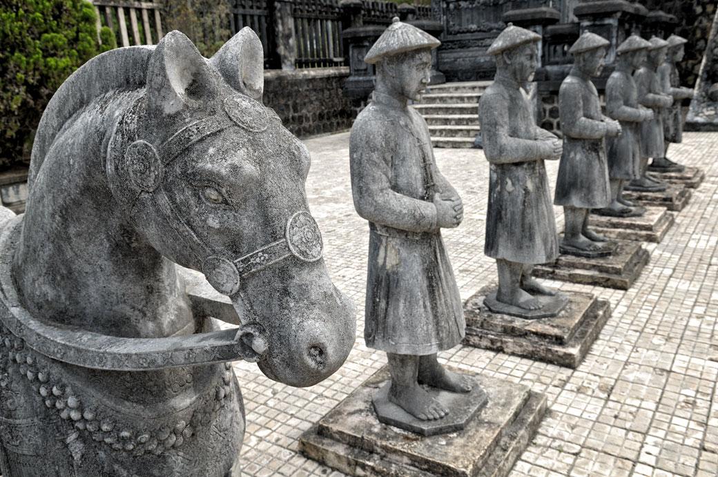 Cheval et mandarins de pierre au tombeau de Khai Dinh, Vietnam