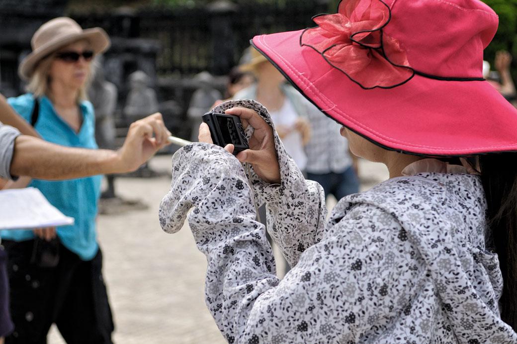 Touriste avec un chapeau rose au mausolée de Khai Dinh, Vietnam