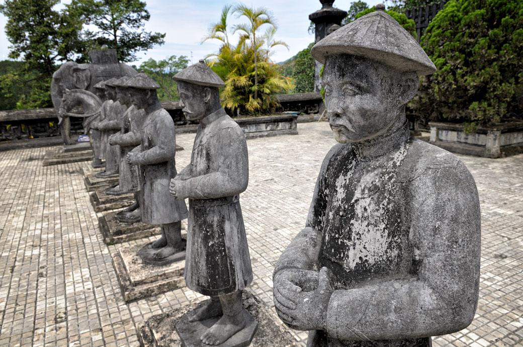 Statues de mandarins au tombeau de Khai Dinh, Vietnam