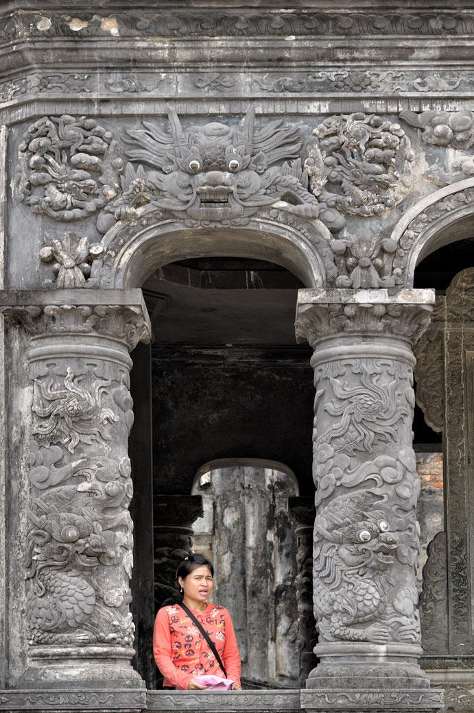 Jeune femme au tombeau de Khai Dinh, Vietnam