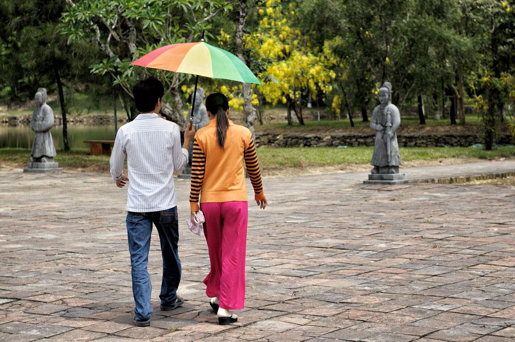 Jeune couple au mausolée de l'empereur Minh Mang, Vietnam