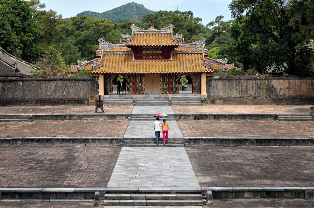 Couple près de la porte Hien Duc au mausolée de l'empereur Minh Mang