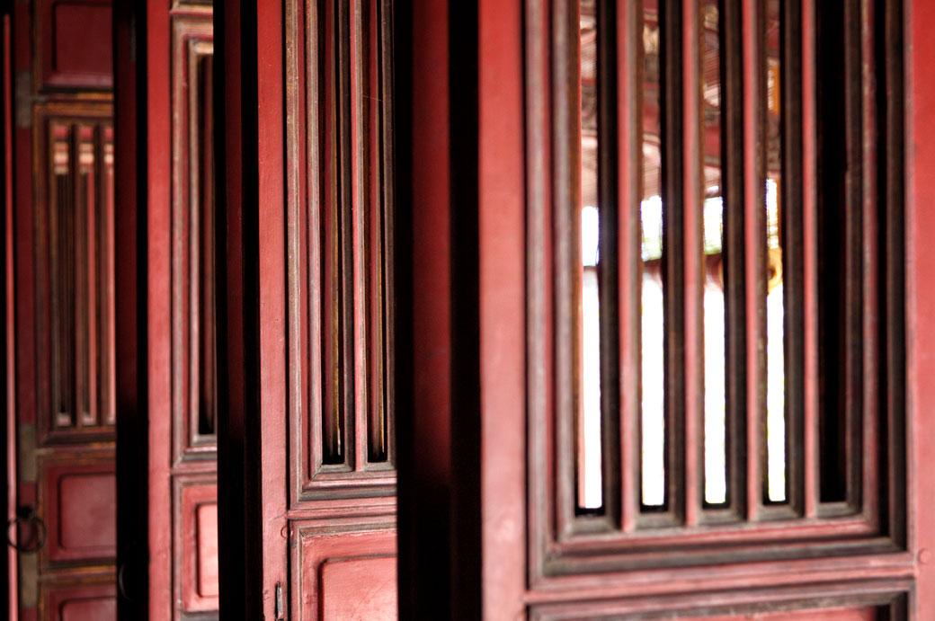 Détail des volets rouges au tombeau de Minh Mang, Vietnam