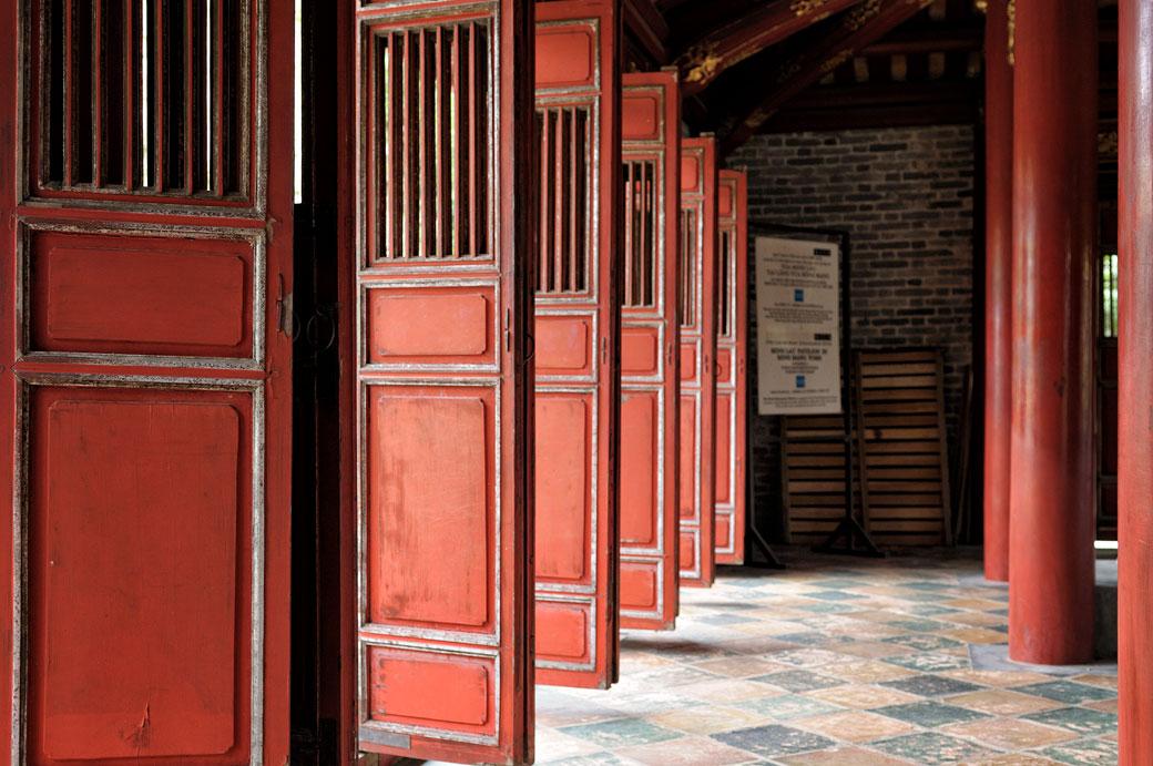 Volets rouges au pavillon de Minh Lau du tombeau de Minh Mang, Vietnam
