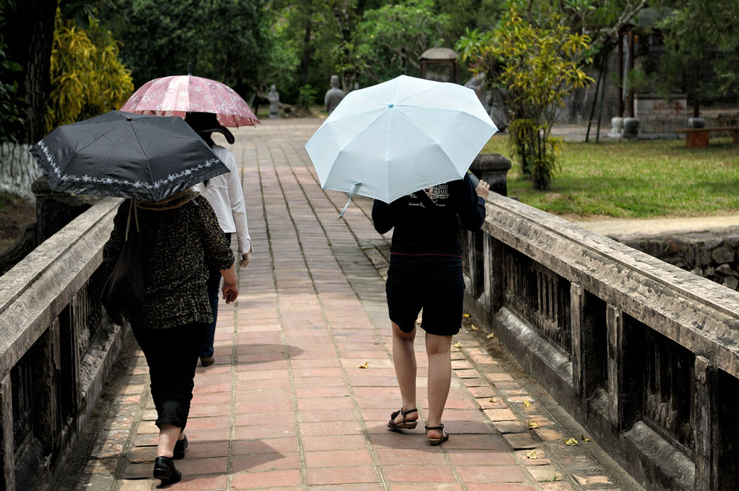 Touristes avec des ombrelles au tombeau de Minh Mang, Vietnam
