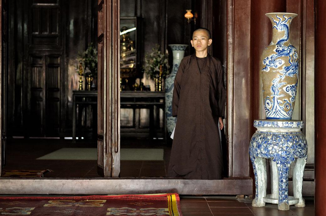 Moine et vase à la pagode de Thien Mu à Hué, Vietnam