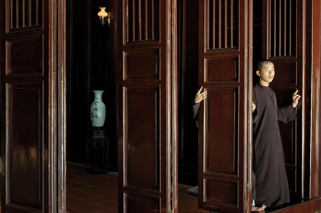 Volets et moines à la pagode de Thien Mu, Vietnam