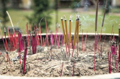 Bâtons d'encens qui brûlent à la pagode de Thien Mu, Vietnam