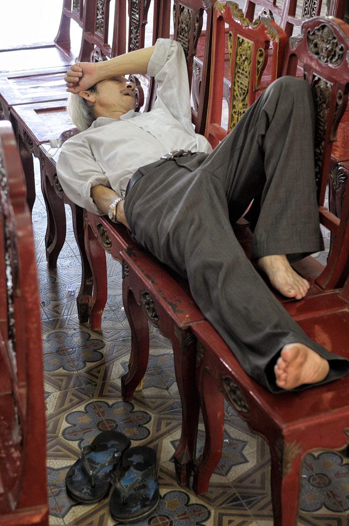 Homme qui fait la sieste à la cité impériale de Hué, Vietnam