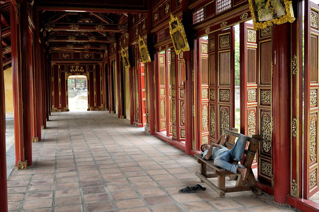 Homme qui fait la sieste sur un banc à la cité impériale de Hué, Vietnam
