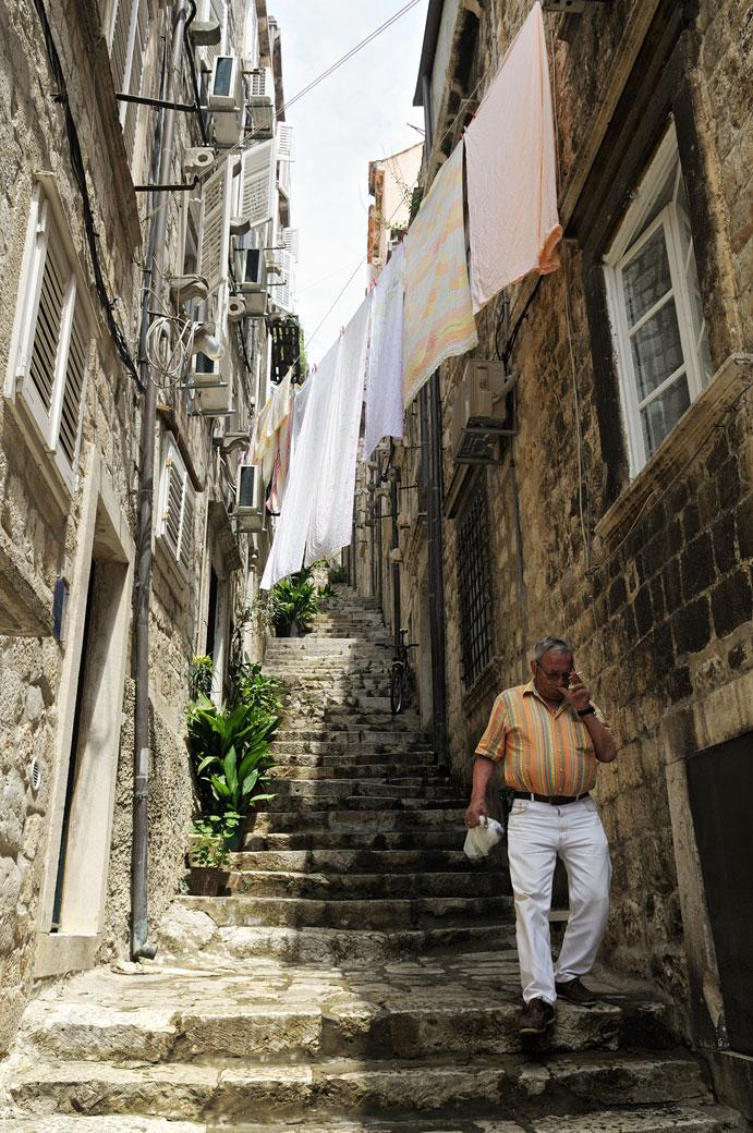 Linge qui sèche et escaliers dans une ruelle de Dubrovnik, Croatie