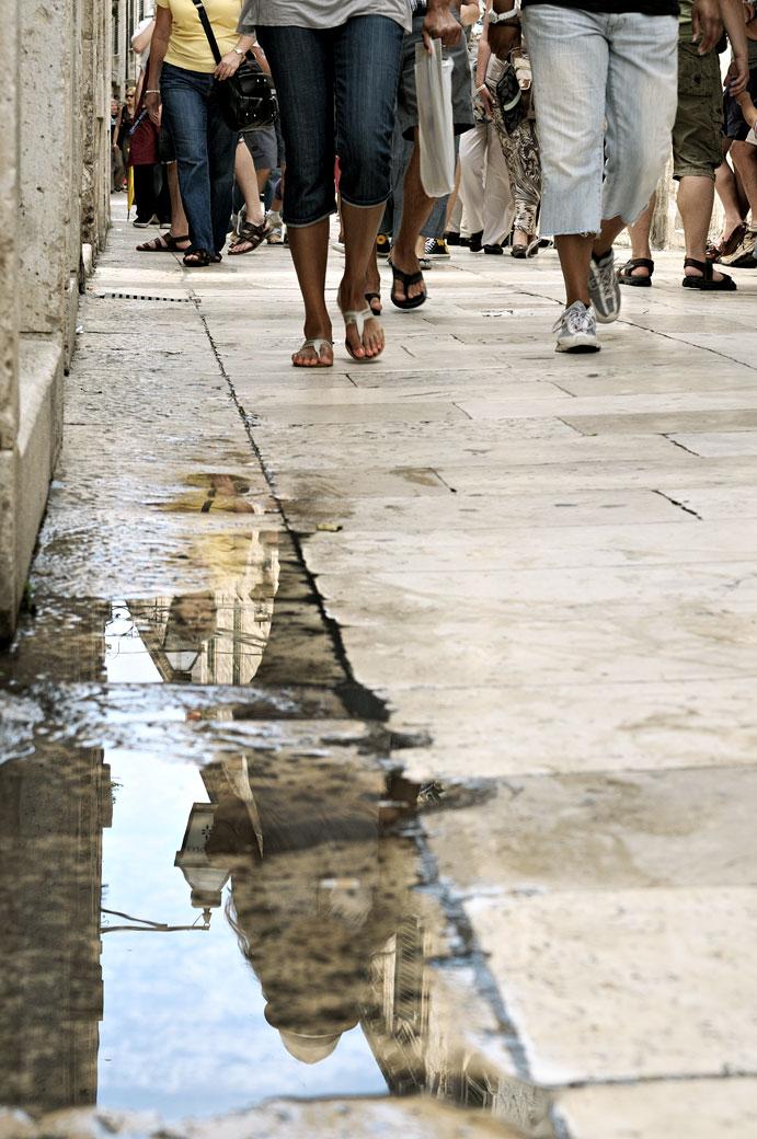 Passants et reflet à Dubrovnik, Croatie