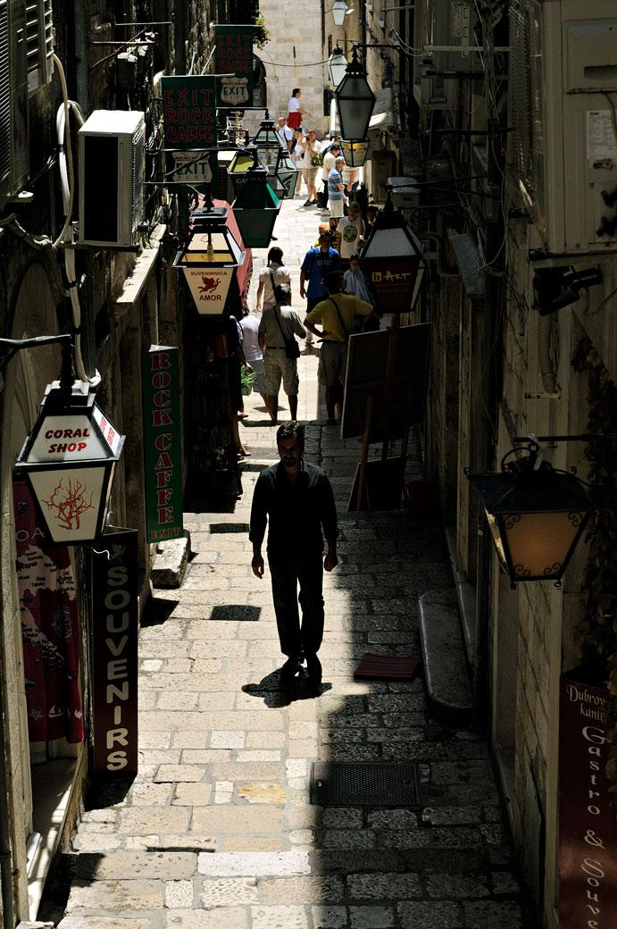 Ruelle clair-obscur à Dubrovnik, Croatie
