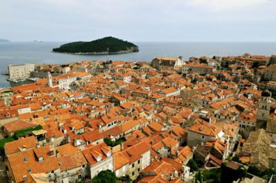 Toits de Dubrovnik et île de Lokrum, Croatie