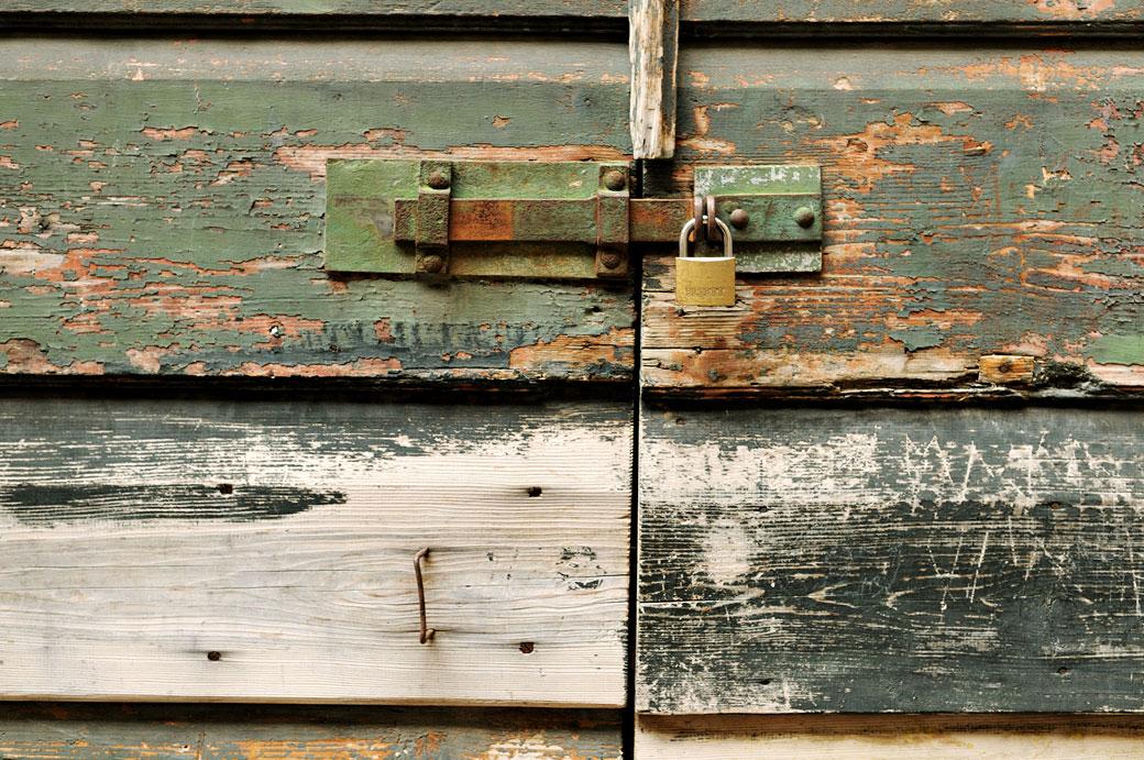 Vieille porte en bois avec un cadenas à Dubrovnik, Croatie