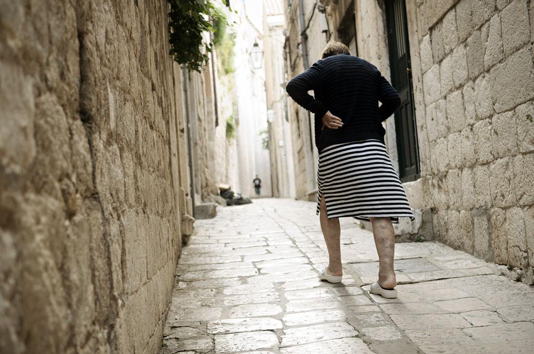 Vieille dame dans une ruelle de Dubrovnik, Croatie