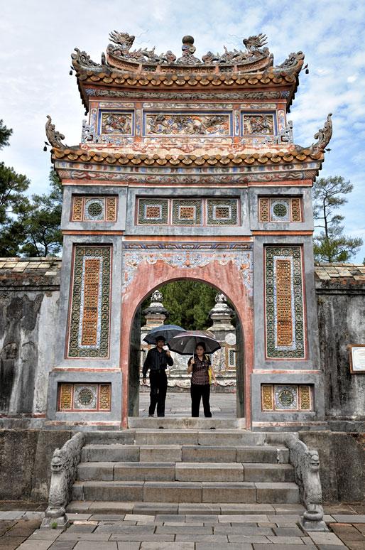 Couple à la porte du tombeau de Tu Duc, Vietnam