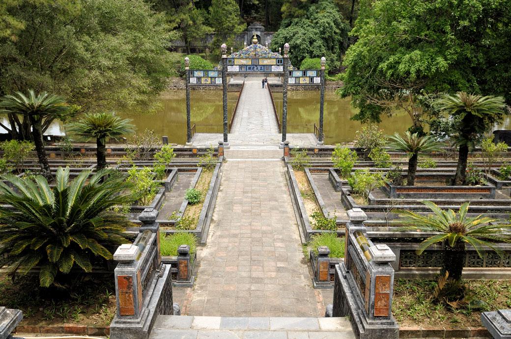 Pont et jardin au tombeau de Minh Mang, Vietnam