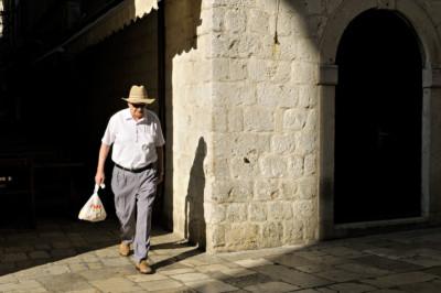 L'homme au chapeau dans la vieille ville de Dubrovnik, Croatie