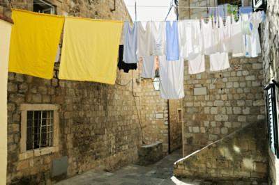 Linge qui sèche dans une ruelle de Dubrovnik, Croatie
